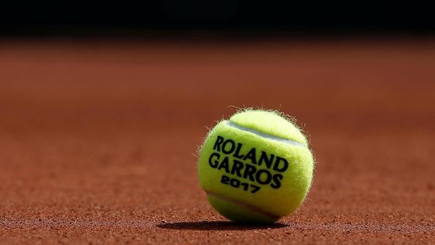 Une balle de tennis Roland-Garros 2017 sur un terrain de jeu au complexe du Stade Roland-Garros.