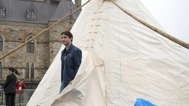 Le premier ministre du Canada, Justin Trudeau, a rencontré vendredi, (30 juin 2017) les manifestants autochtones dans leur tipi, à la veille des célébrations autour de la Fête du Canada.