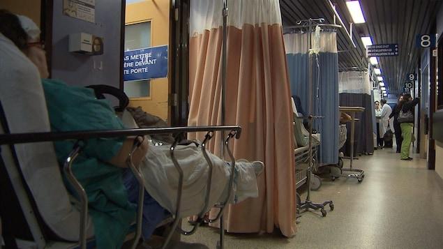 Une patiente attend sur une civiève dans une salle d'urgence d'un hôpital