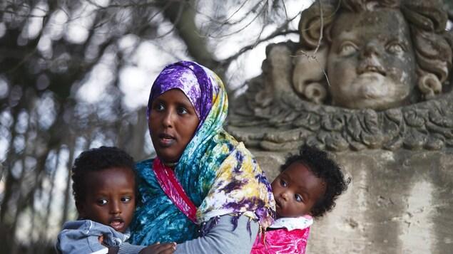 Une migrante somalienne et ses enfants.