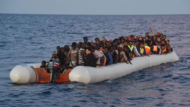 Des migrants et des réfugiés en provenance de la Libye rescapés à bord d'un bateau sur la Méditerranée en novembre 2016.