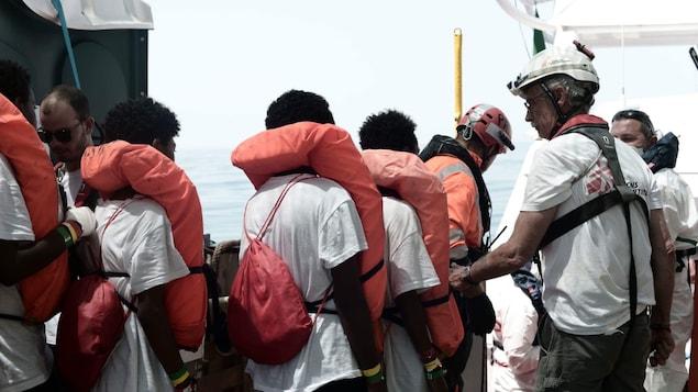 Des migrants prêts à descendre de l'Aquarius
