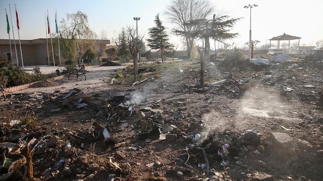 Des débris du vol 752 éparpillés au sol, en Iran.