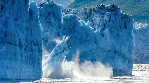 Des morceaux de glace du glacier Hubbard se détachent et tombent dans la mer.