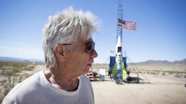 Michael Hugues aux côtés de sa fusée artisanale.