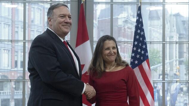 Les deux diplomates se serrent la main.
