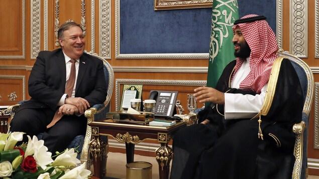 Le secrétaire d'État américain, Mike Pompeo, discute avec le prince héritier d'Arabie saoudite, Mohammed ben Salmane.