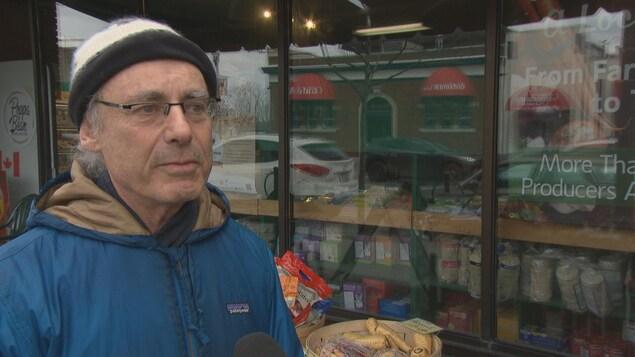 Un homme donne une entrevue devant une succursale d'Herb and Spice à Ottawa.