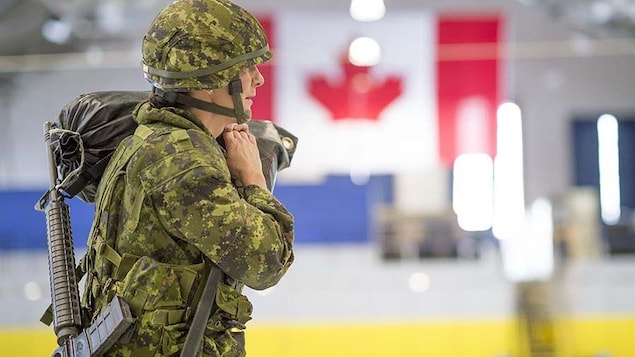 Un soldat canadien effectue un test d'aptitude au combat.