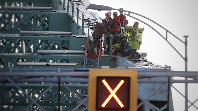 Dans la structure du pont Jacques-Cartier.