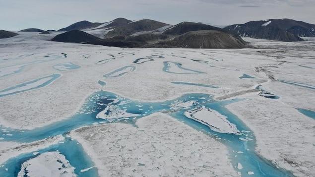 On voit un paysage de glace et de montagnes de l'Arctique canadien.