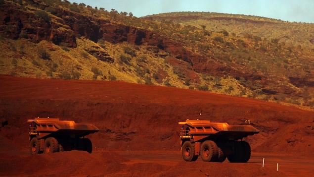 Des camions dans la mine de fer en Australie occidentale