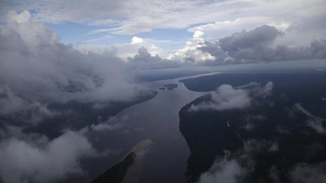Vue aérienne de la rivière Oiapoque qui forme la frontière entre le Brésil et la Guyane française.