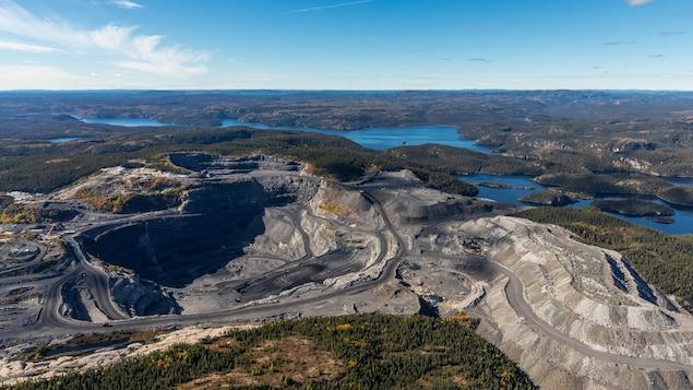 Une mine à ciel ouvert à côté d'un lac