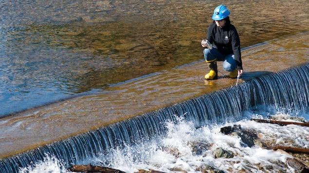 Analyse d'eau dans un parc de résidus de la mine Goldex, d'Agnico Eagle, en Abitibi-Témiscamingue.