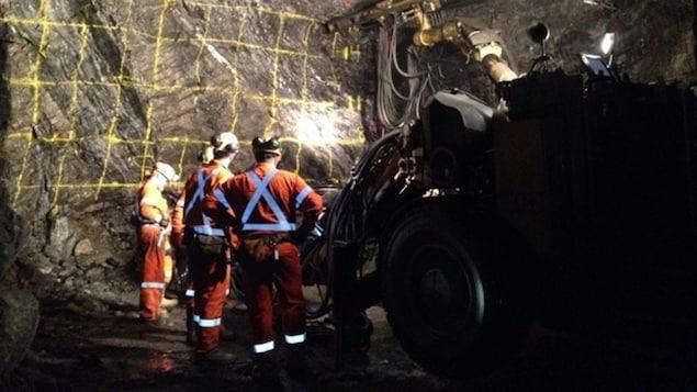 Des mineurs de Vale dans une galerie souterraine.