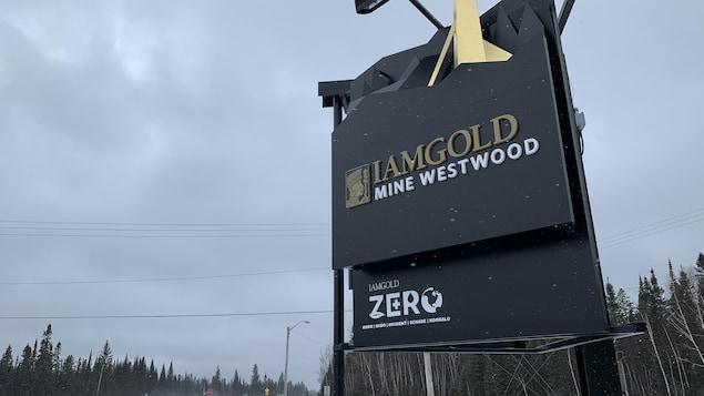 Le panneau de la mine est installé près d'une route.