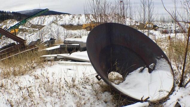 Plan d'une pièce de métal rouillée sur une concession minière à Dawson City.