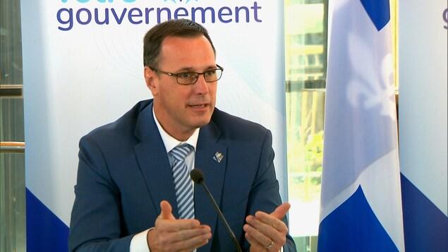 Jean-François Roberge prend la parole lors d'une conférence de presse.