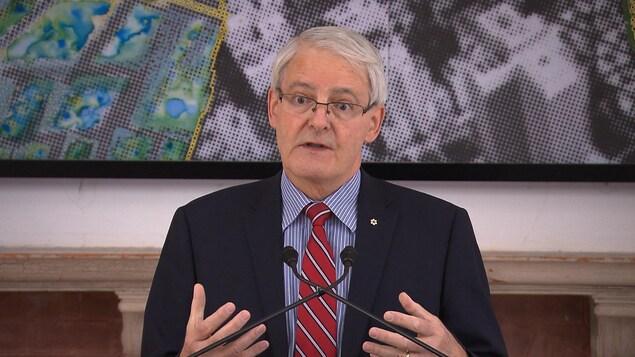 Le ministre fédéral des Transports Marc Garneau répond aux questions des journalistes lors d'une conférence de presse à Montréal, pour le lancement du Défi des villes intelligentes.
