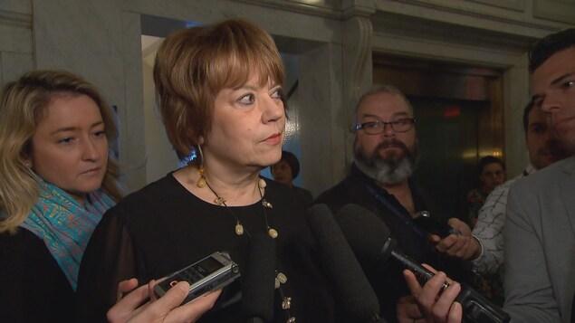 La ministre Hélène David, entourée de journalistes