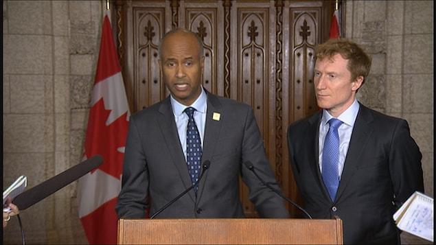 Le ministre fédéral de l'Immigration des Réfugiés et de la Citoyenneté, Ahmed Hussen, et son collègue Mark Miller.