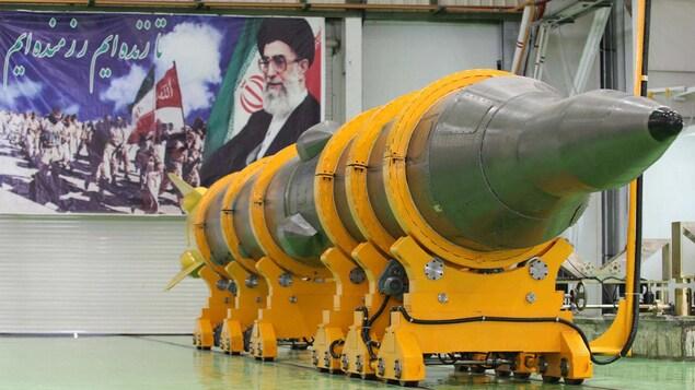 Un missile repose sur un support dans un hangar.
