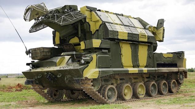 Un blindé transportant des missiles.
