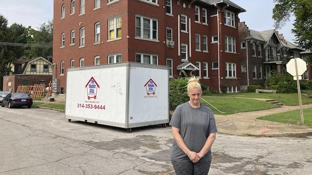 Kristen Bigogno, une Américaine debout devant chez elle.