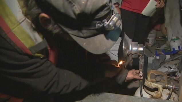 Mitchell Lagimodier allume une chaufferette avec une flamme