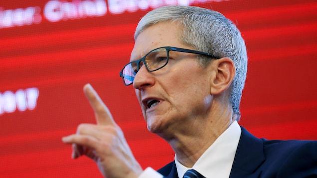 Tim Cook, PDG d'Apple, lève le doigt pendant qu'il parle.