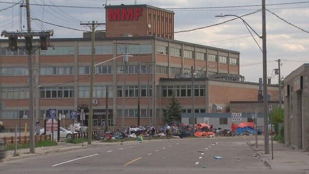 Des immondices devant un bâtiment.