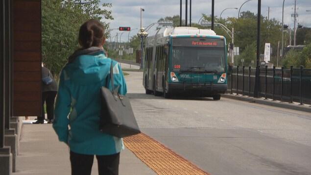 Une usager de la STO ( Société de transport de l'Outaouais), attend l'autobus.