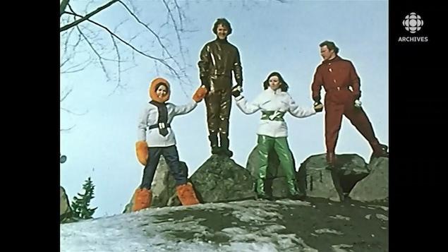 Deux mannequins femmes et deux mannequins hommes posent sur des rochers du mont Royal avec des vêtements d'hiver.