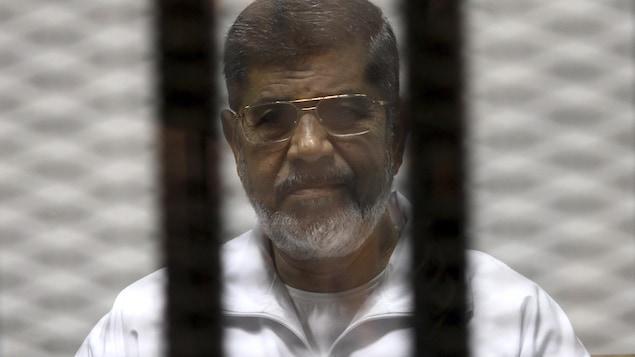 Mohamed Morsi derrière des barreaux lors d'un procès.