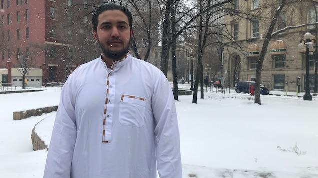 Mohammed Aymen Afrani dehors au milieu de la neige.