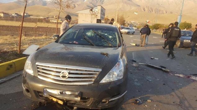Une voiture au pare-brise criblée de balles