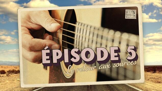 Carte postale illustrant l'épisode 4 de la série audio Mon Amérique. Gros plan sur des doigts pincant les cordes d'une guitare.