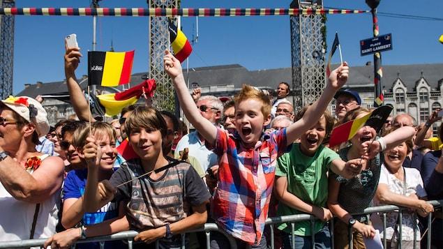 Une foule, drapeaux de la Belgique à la main, assiste à un rassemblement en juillet 2013, lorsque le Roi Albert II a quitté le trône