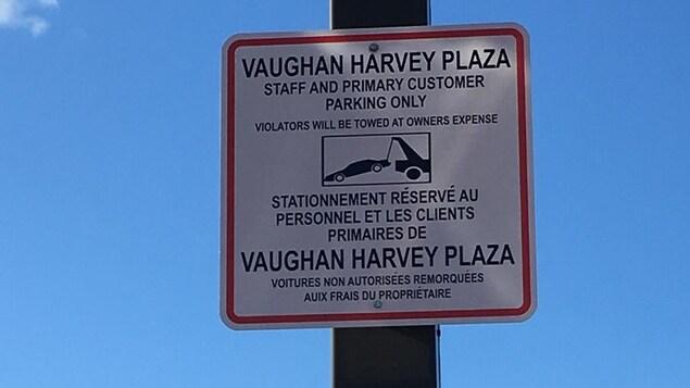 Une affiche d'un stationnement privé indiquant qu'il est interdit au public