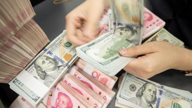 Des billets de dollars américains et de yuans chinois.