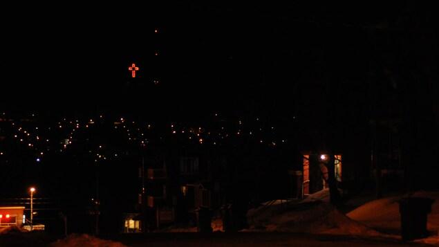 La croix illuminée située au sommet du mont Bellevue est devenue un des symboles forts de Sherbrooke.