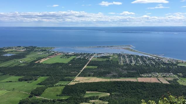 Paysage de la baie des Chaleurs et Carleton-sur-Mer vu du mont Saint-Joseph.