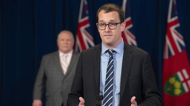 Le ministre du Travail de l'Ontario, Monte McNaughton, répond à une question en conférence de presse.