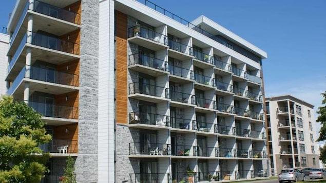 La résidence Mgr Deschêsnes, à Montmagny, vue de l'extérieur avec 7 étages