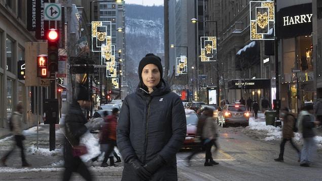 Portrait de Cristina D'Arienzo devant les illuminations sur la rue Peel