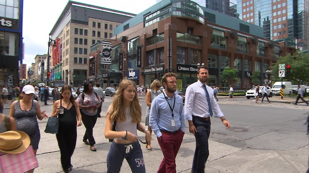 Des passants traversant la rue à une intersection.
