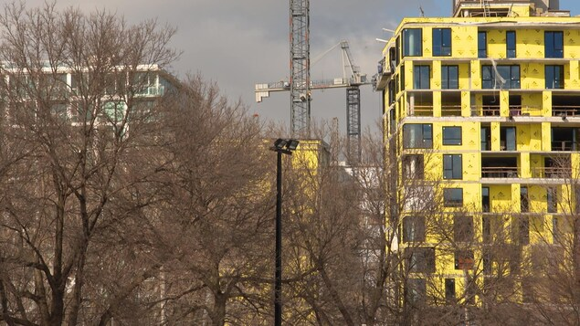 Une tour de condominiums en construction à Montréal.