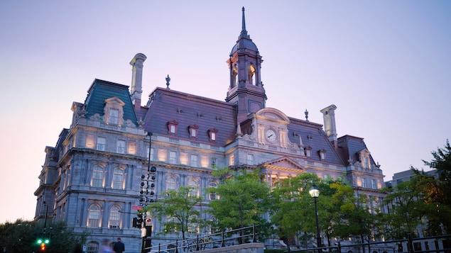 L'hôtel de ville de Montréal en soirée.