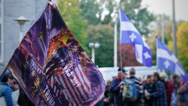 Un drapeau à l'effigie de Donald Trump, sur fond de flammes.